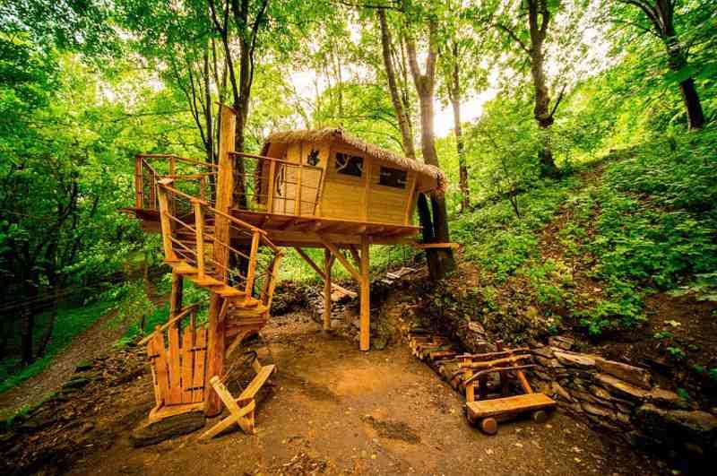 Das Treehouse Pod Ještědem im Naturpark Jeschken bei Liberec gilt als nördlichstes Baumhaushotel in Tschechien