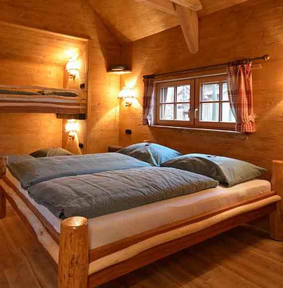 Übernachten im Baumhaus Natur-Resort Tripsdrill Innenansicht mit Doppelbett