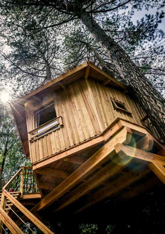 Auf dem Campingplatz Wernerwald bei Cuxhaven können bis zu drei Gäste im Baumhaus übernachten