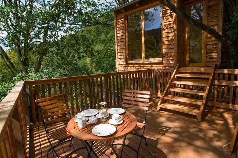 Eine Terrasse im Grünen besitzt jedes der Feriendomizile von Resina Arts im Harz, das in Niedersachsen eher zu den unscheinbaren Baumhaushotels zählt.