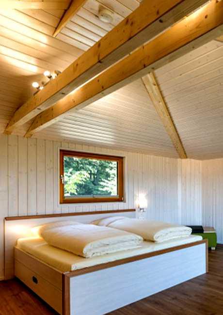 Übernachten im Baumhaus ermöglicht das Hotel Waldquelle im niedersächsischen Aerzen (Ansicht Doppelbett)