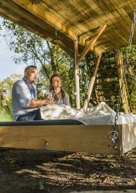 Im Schaukelbett relaxen und im Baumhaus übernachten: der Hof Grove in Engelschoff ermöglicht beides