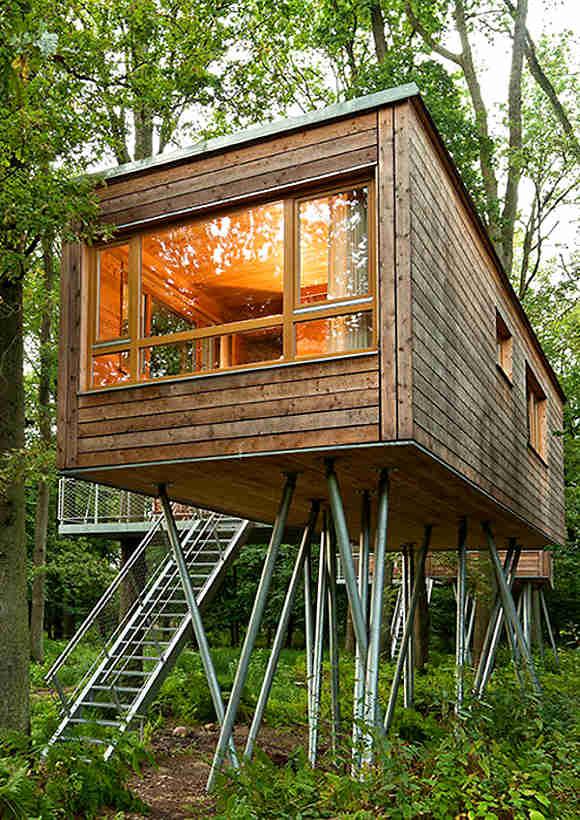 Mitten im Wald im Baumhaus übernachten ermöglicht das Resort Baumgeflüster am Zwischenahner Meer in Niedersachsen