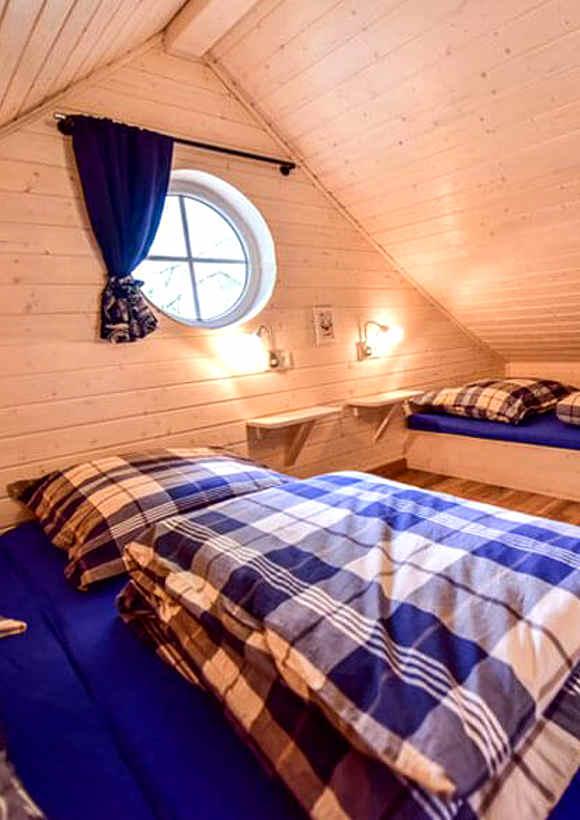 Übernachten im Giebel: das Baumhaus Nils im Nordic Ferienpark am Sorpesee bietet Platz für 5 Personen