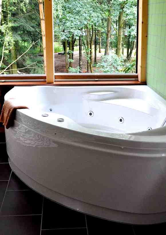 Übernachten im Baumhaus mit Whirlpool gehört zu den Annehmlichkeiten des Wolfcenter Dörverden