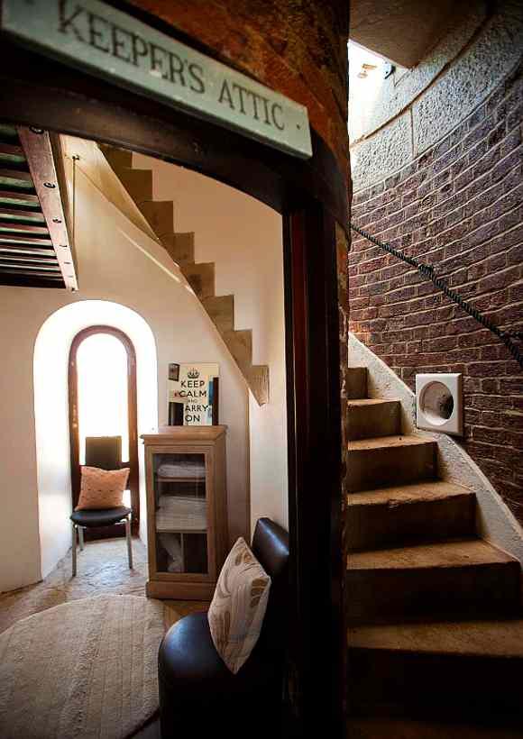 Vom Lounge-Bereich im Leuchtturm Belle Tout führt eine kurze, schmale Treppe zur Turmspitze, wo der Laternenraum mit unvergesslicher Kulisse wartet