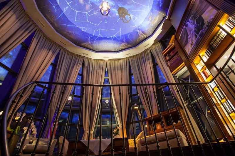 John F. Kennedy Turmsuite im Leuchtturm des Hotel Bell Rock, Europapark Rust (Blick zur Kuppel-Decke am Abend)