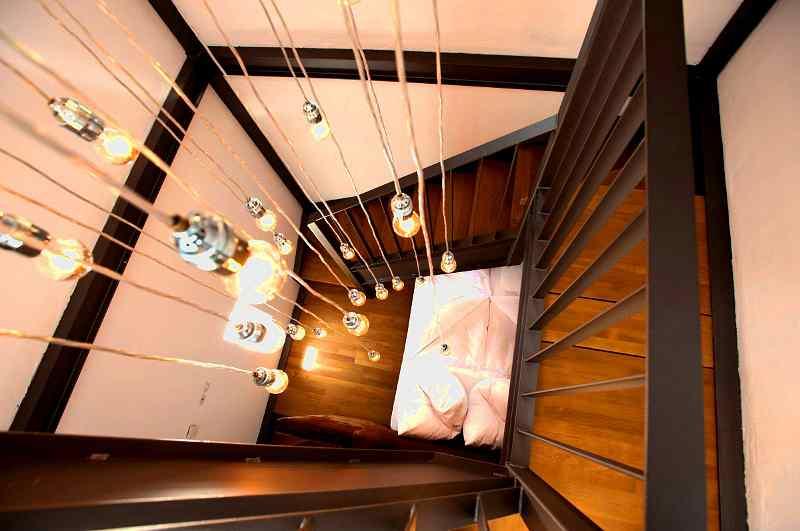 Doppelbett mit Treppenaufgang im Leuchtturm Dagebüll