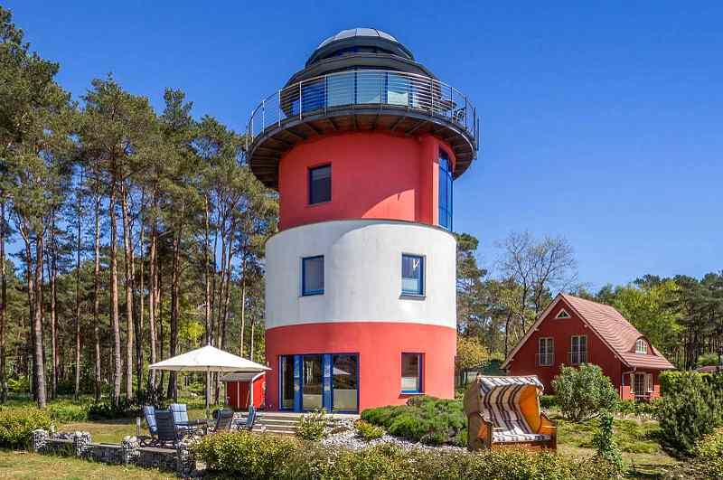 Leuchtturm Glowe auf Rügen, Ansicht mit Strandkorb und Garten