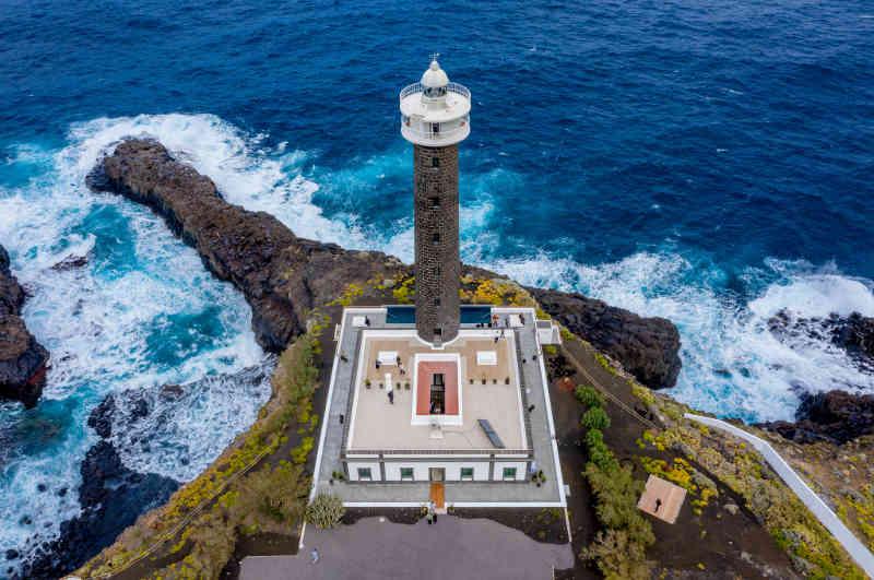Das Leuchtturm-Hotel Faro Punta Cumplida auf der Kanareninsel La Palma von oben gesehen