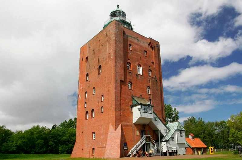 Ansicht Leuchtturm Neuwerk bei Hamburg vor wolkigem Himmel