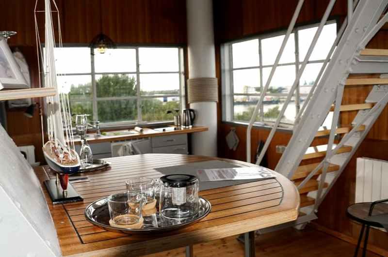 Ferienwohnung im Signalturm Wilhelmshaven, Ansicht Wohnbereich mit Treppe zum Schlafzimmer