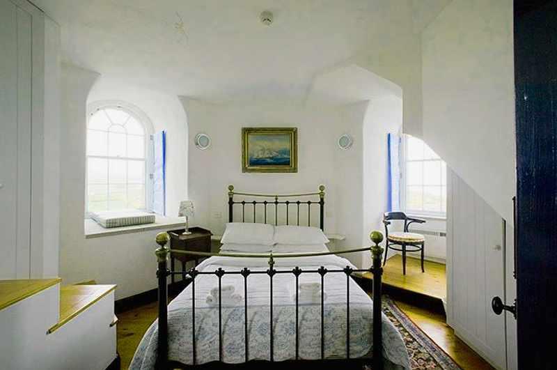 Achteckiges Schlafzimmer im Wicklow Head Lighthouse in Irland