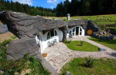 Grüne Hügel und saftige Wiesen umgeben das Feriendorf Auenland in Thüringen