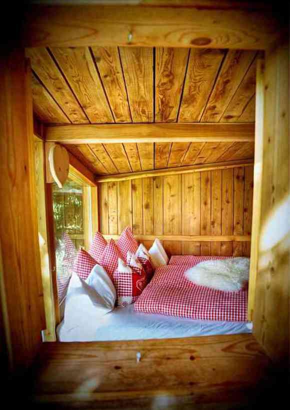 Baumhaushotels in Österreich: im Almdorf Seinerzeit dient ein Baumhaus als kuscheliges Retreat für zwei