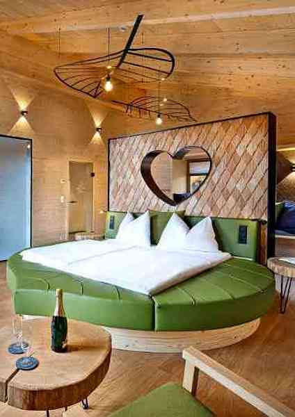 Ansicht Rundbett mit Herz im neuen Waldloft des Baumhaushotels Kopfing am Baumkronenweg in Oberösterreich