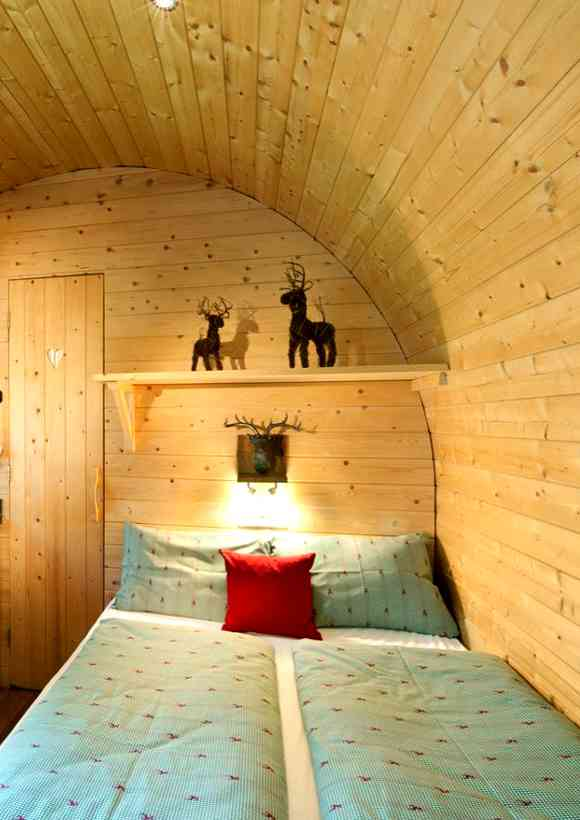 Die Panorama Wood Lodges am Natterer See bitten ein gemütliches Doppelbett für eine Auszeit zu zweit