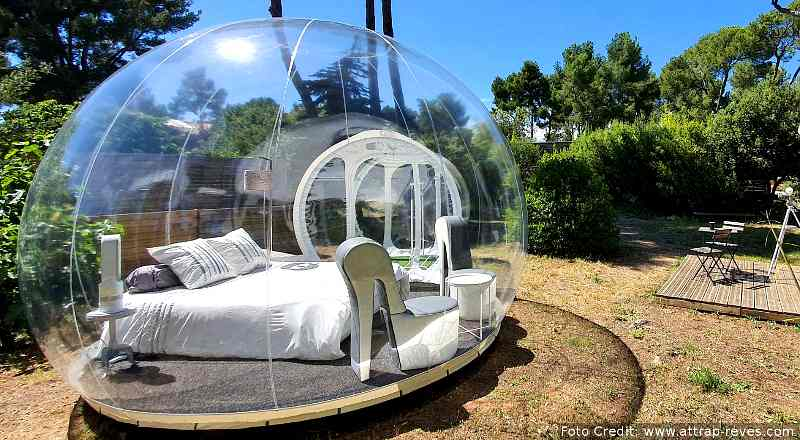 Der Glamping-Anbieter Attrap'Rêves in der Provence gilt nicht nur in Frankreich sondern weltweit als Pionier unter den Bubble Hotels. Das Bild zeigt die Bulle Chic & Design mit extravaganten Sitzmöbeln in Form von High Heels