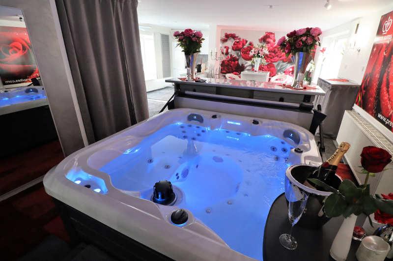 Ansicht der romantisch dekorierten JB Whirlpool Suite in Hamburg exklusiv für Paare