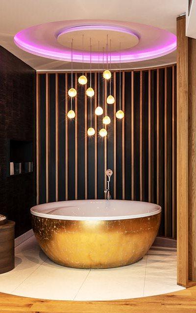Goldener Whirlpool der Owner Suite im Living & Hotel Block (Ingolstadt)